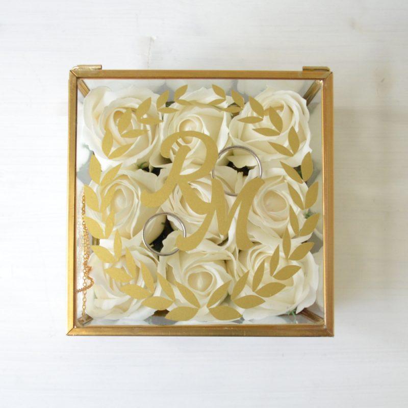 Casetă Verighete Sticlă Personalizată cu Inițiale și Trandafiri
